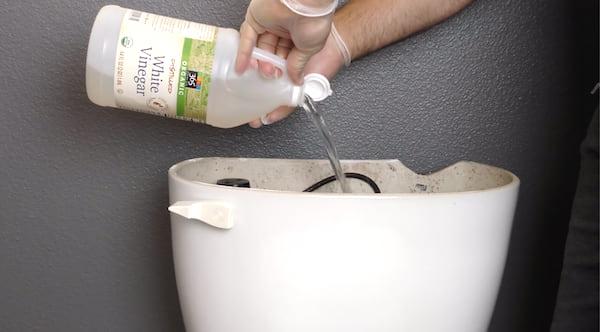 Le vinaigre blanc, c'est LA méthode écolo pour éliminer les microbes, les bactéries, les moisissures mais aussi les dépôts de calcaire.