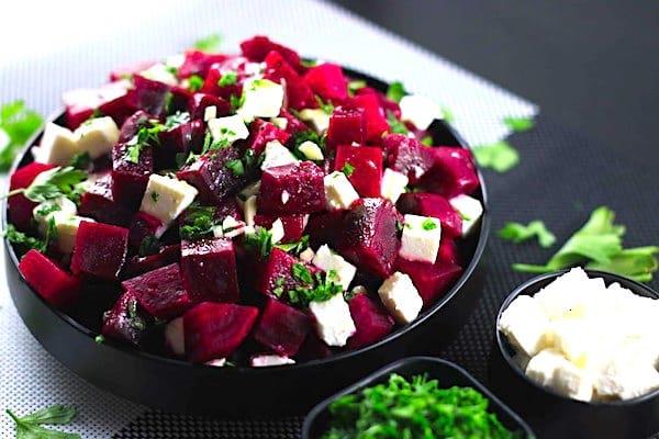 Un bol de délicieuse salade de betteraves du jardin et de feta.
