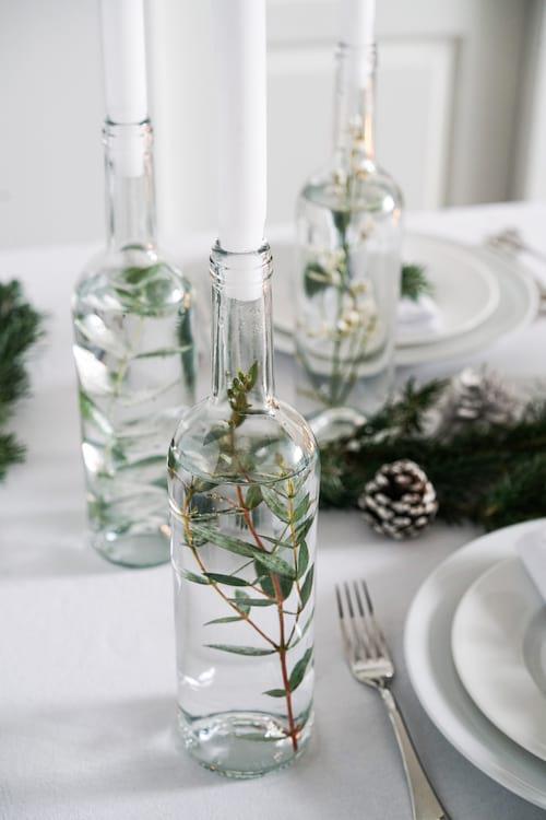 Bouteilles transparentes remplis d'eau sur table