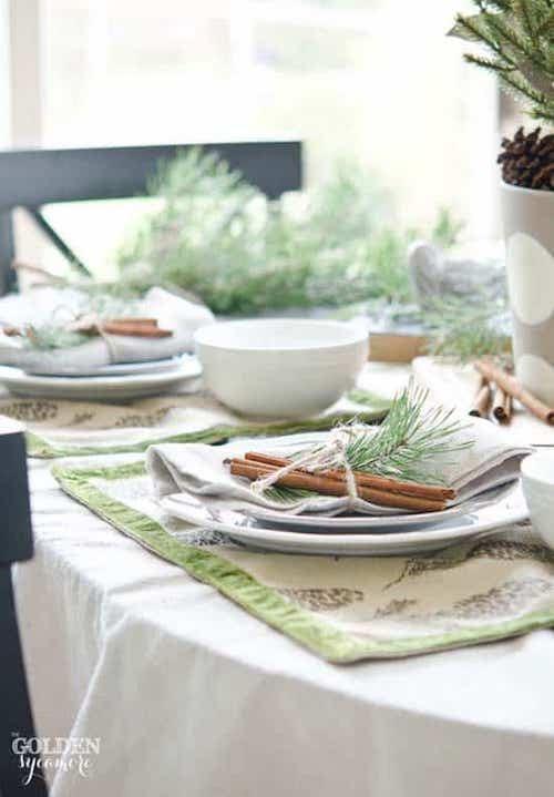 Plusieurs cannelle dans les assiettes décorées
