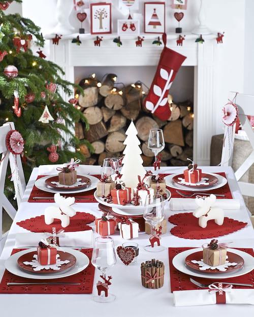 Minis faux cadeaux rouge dans assiette