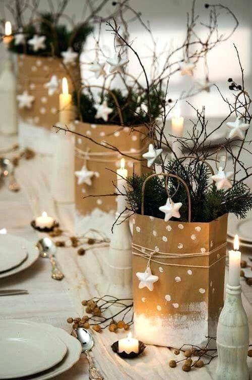 Plusieurs pots doré qui servent de décoration pour table