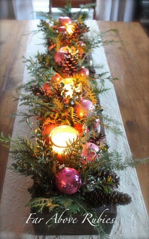 Table avec plusieurs bougies et ornements