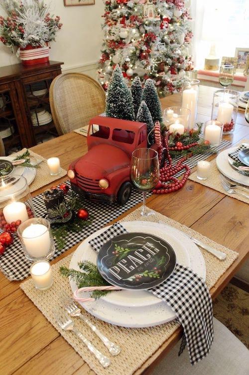Camion rouge miniature au milieu d'une table