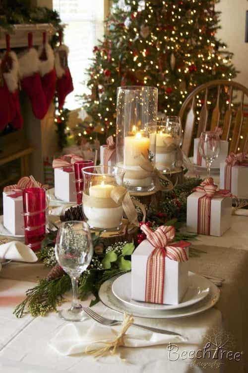 Table décorée avec plusieurs faux cadeaux dans les assiettes