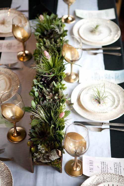 Table décorée avec quelques fleurs et herbes