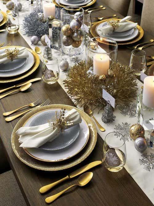 Table décorée avec plusieurs ornements doré