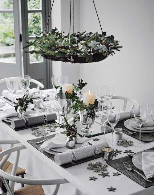 Plante suspendus au dessus d'une table décorée pour noel