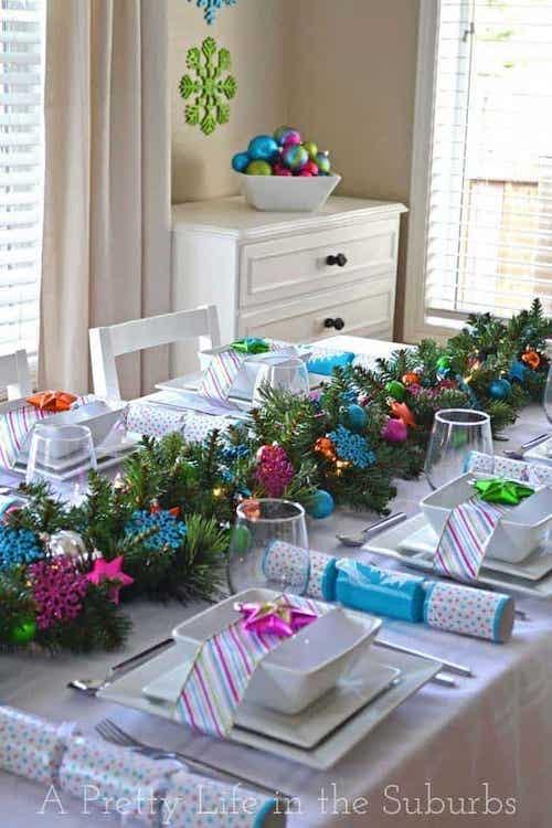 Table remplis d'ornements bleu et rose
