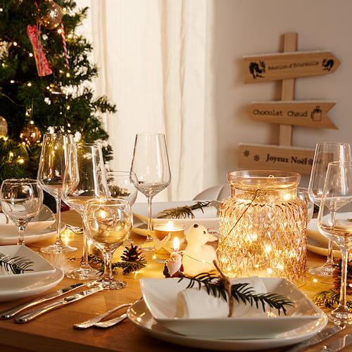 Vase vide et transparents sur table
