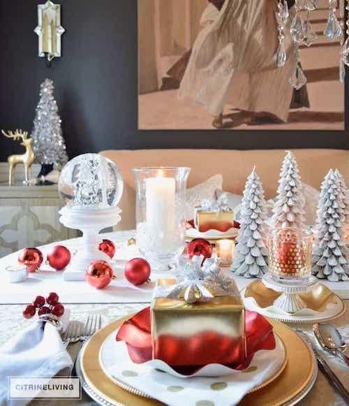 Table remplis d'ornements