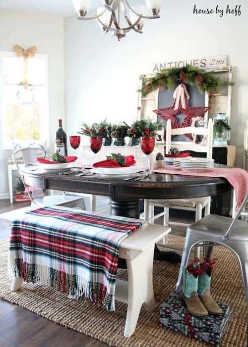 Table avec des bancs et des plaids