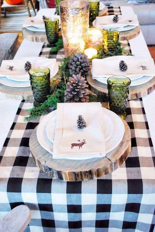 Table décorée avec plusieurs pomme de pin