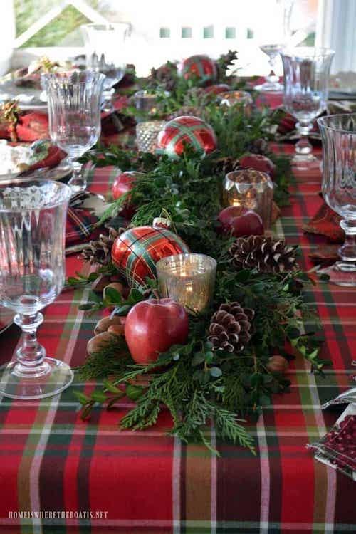 Table remplis de décoration rouge