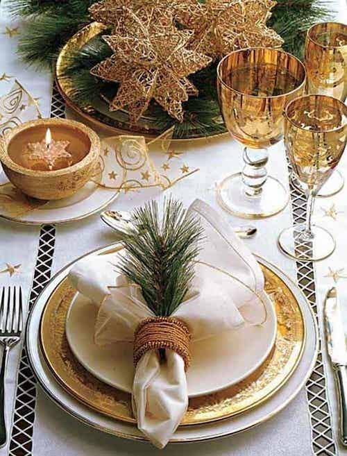 Table remplis de décoration doré