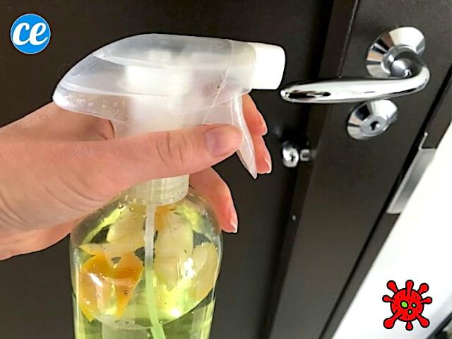 Un spray désinfectant fait maison qui nettoie le coronavirus sur une poignée de porte
