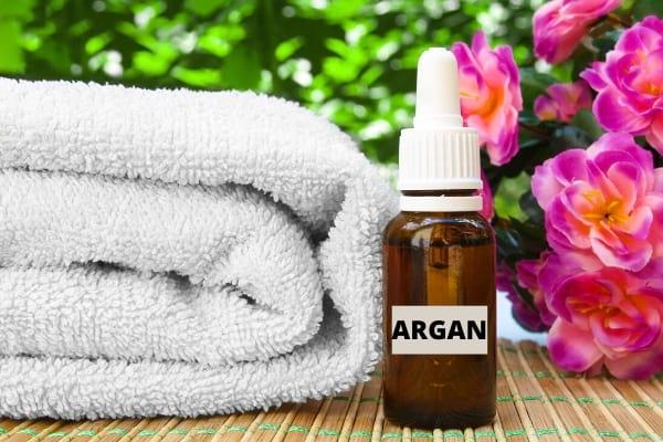 huile d'argan et serviette de toilette blanche