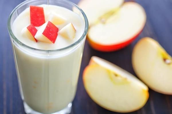morceau de pomme dans un verre de lait