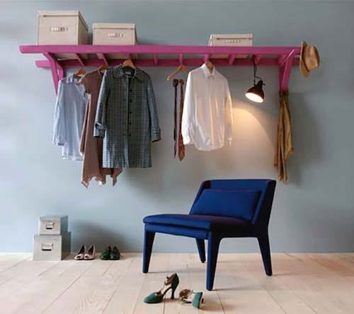 Échelle rose accrochée à l'horizontal au mur pour vêtements