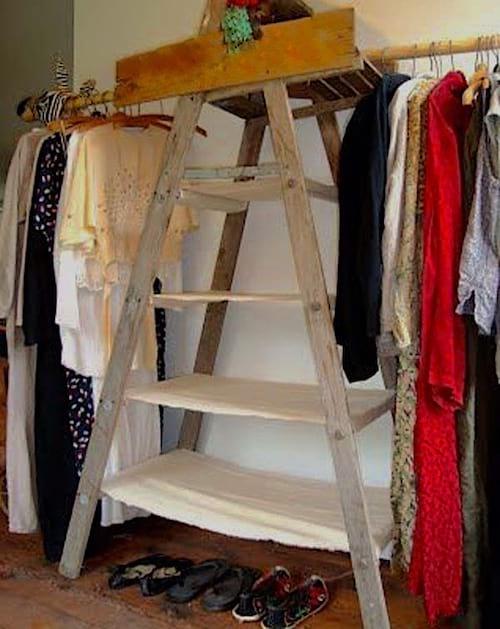 Échelle en bois qui sert de porte-vêtements