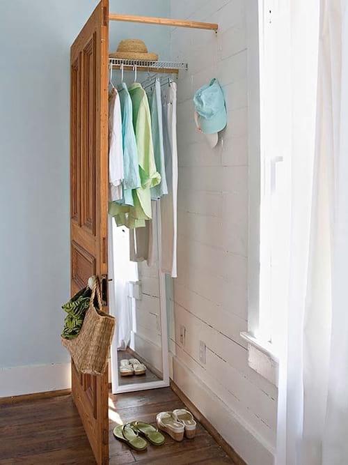 porte seule dans un coin pour constituer un espace de rangement pour vêtements