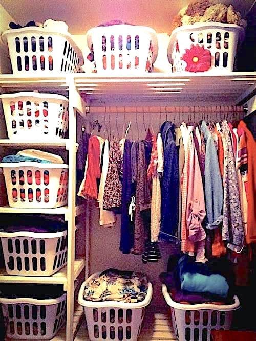 Panier à linge qui servent de rangement pour vêtements dans un placard