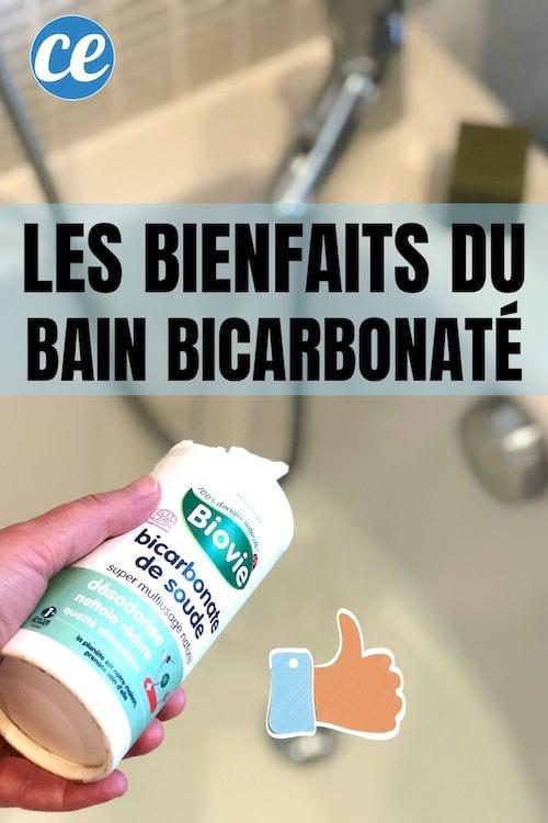 Du bicarbonate versé dans un bain pour profiter de ses bienfaits