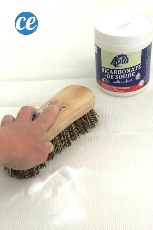 On brosse le matelas pour faire pénétrer le bicarbonate et tuer les acariens