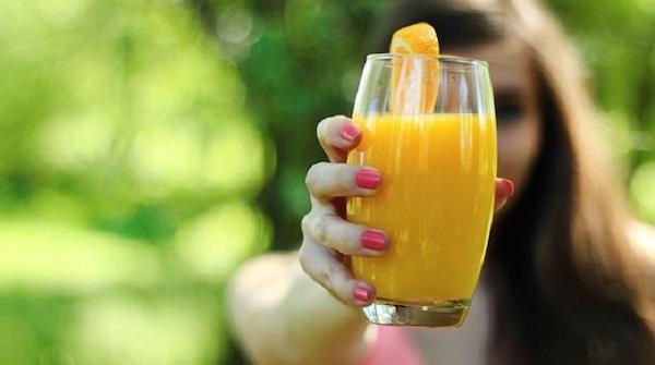 Un bicchiere alto di succo d'arancia con cloruro di magnesio