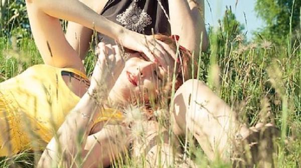Una donna in pieno sole in un campo