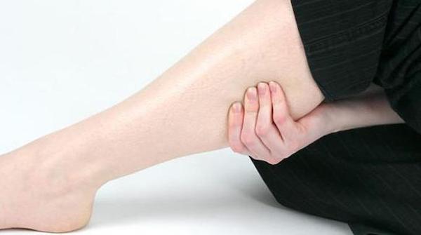 Una persona tiene il polpaccio perché ha un crampo