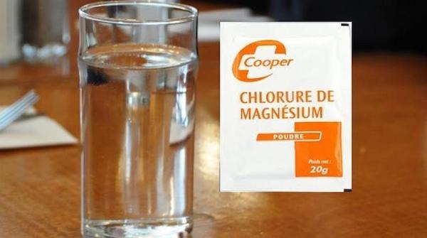 Un bicchiere d'acqua e una bustina di cloruro di magnesio