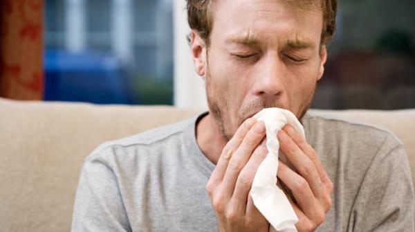 Un giovane che tossisce