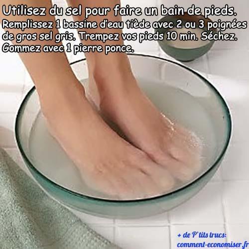 Un bain de pied à l'eau tiède et au gros sel gris ou sel de la mer Morte pour les pieds secs