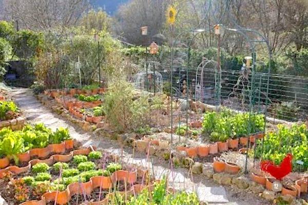 bordures de jardin avec des tuiles recyclées