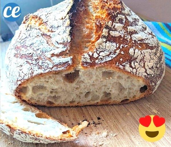Un pain fait maison avec une croûte bien dorée et une mie moelleuse