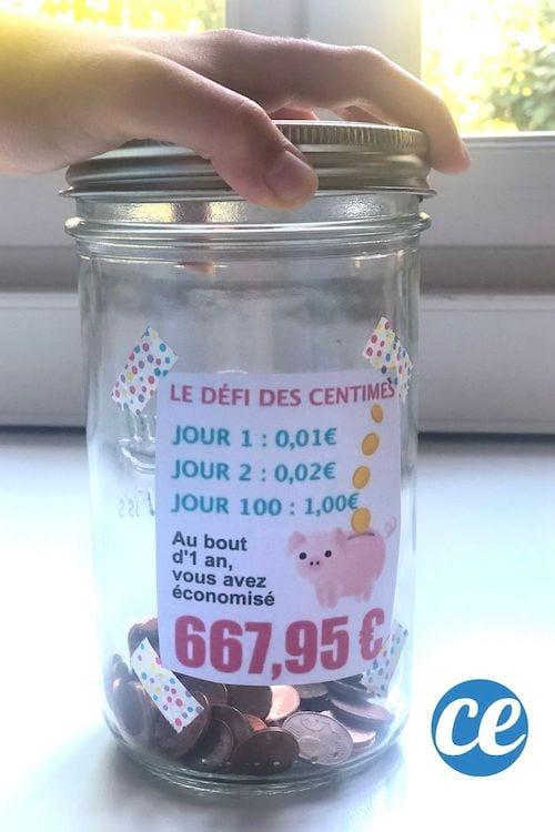 """Un pot avec une étiquette """"le défi des centimes"""" et des centiles dedans pour faire des économies"""