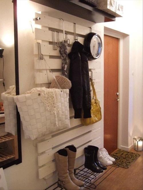 Palette blanche accrochée au mur en verticale pour ranger des affaires