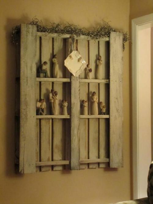 Palette accrochée au mur en verticale avec des décorations