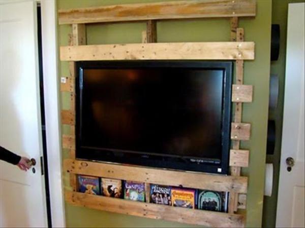 Télévision accrochée au mur grâce à une palette