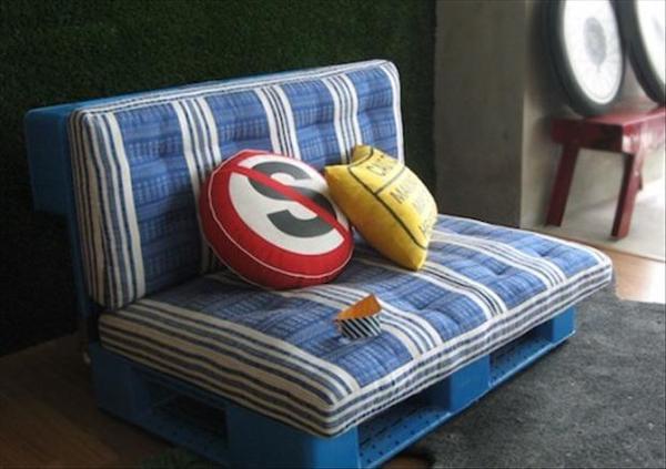 Deux palettes bleues transformées en siège avec un coussin