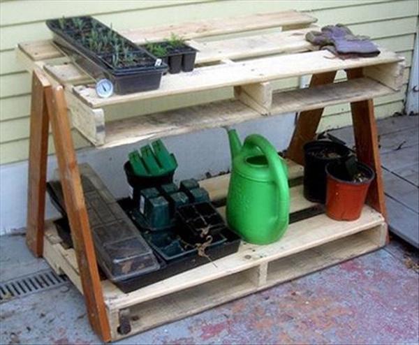 Plusieurs palettes transformées en espace de rangement pour du jardinage
