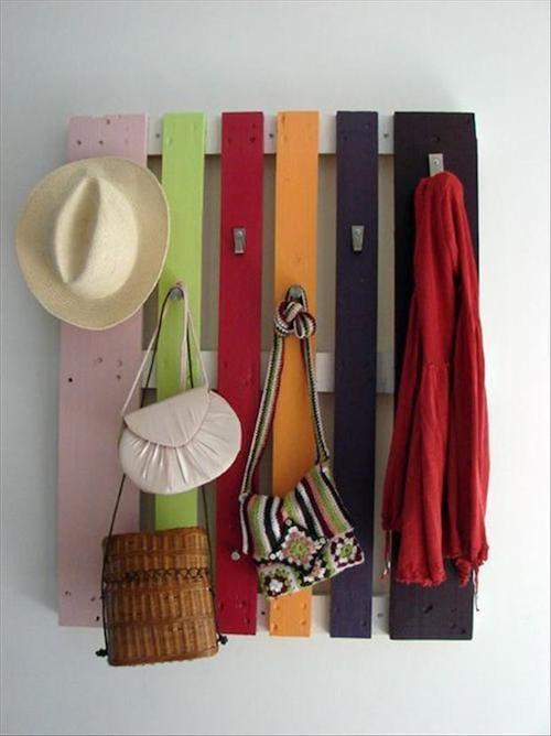 Palette découpée et accrocher au mur pour maintenir à l'aide de crochets des sacs à main et d'autres affaires