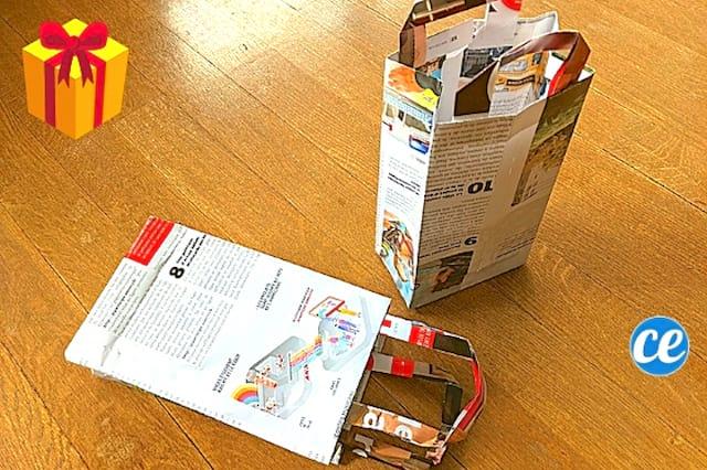 2 pochettes cadeaux fait en papier journal sur un parquet en bois