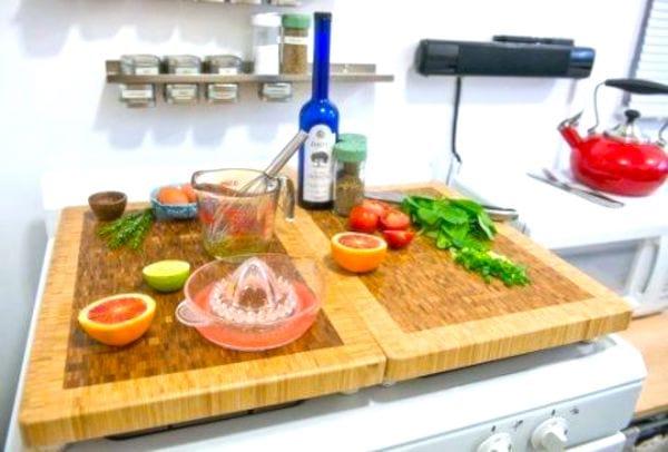 Mettez des planches à découper sur votre cuisinière pour gagner de la place dans votre cuisine.