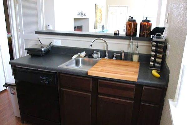 Utilisez une planche à découper sur évier pour gagner de la place dans votre cuisine.
