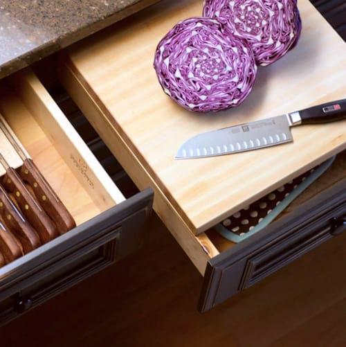 Utilisez une planche à découper à coulisse pour gagner de la place dans votre cuisine.