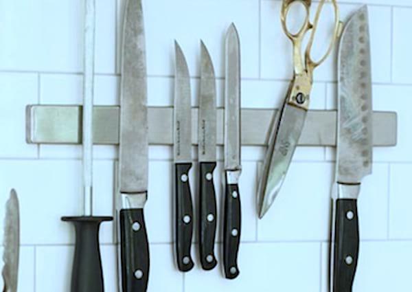 Utilisez une barre magnétique pour ranger vos couteaux et gagner de la place dans votre cuisine.