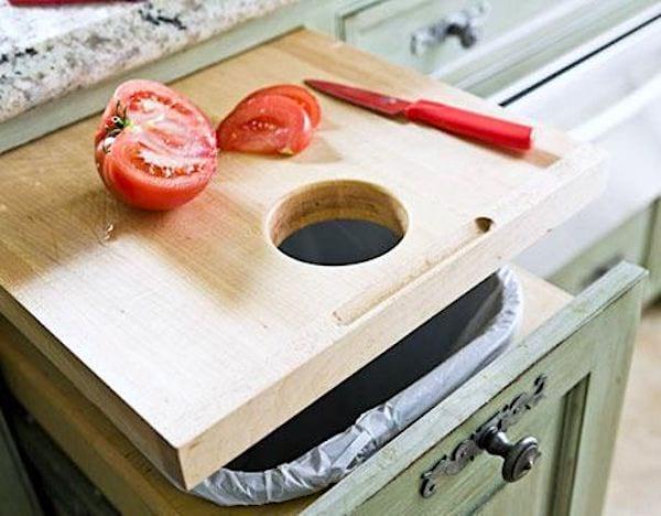 Utilisez une planche à découper avec un trou pour gagner de la place dans votre cuisine.