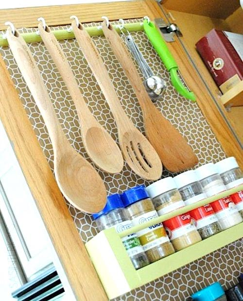 Accrochez vos ustensiles sur une porte de placard pour gagner de la place dans votre cuisine.
